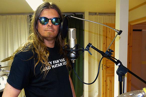 """Peter Ahlborg i studion i Skövde den 8 juli 2015. Han sjunger in nya sång till den känslosamma låten """"I ditt kärlekshjärta vill jag bo"""". Foto: Josefine Ahlborg"""