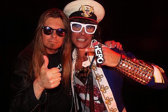 Peter Ahlborg träffar sin vän DJn Peter Siepen, igår den 14 augusti, när Peter Siepen medverkade på Göteborgs Kulturkalas. Foto: Charlie Källberg