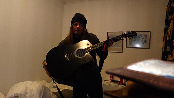 """Peter Ahlborg sover över på vandrarhem i Åmål där han övar på sin låt """"Rockstjärna"""". Peter gick vidare efter den första gallringen och ska under morgondagen träffa Idol-juryn. Foto: Peter Ahlborg"""