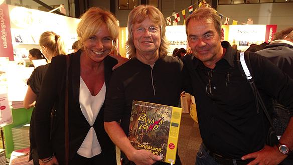 Anne Lundberg, Janne Schaffer och författaren Petter Karlsson poserar glatt tillsammans för Peter Ahlborg under bokmässan 2015. Foto: Peter Ahlborg