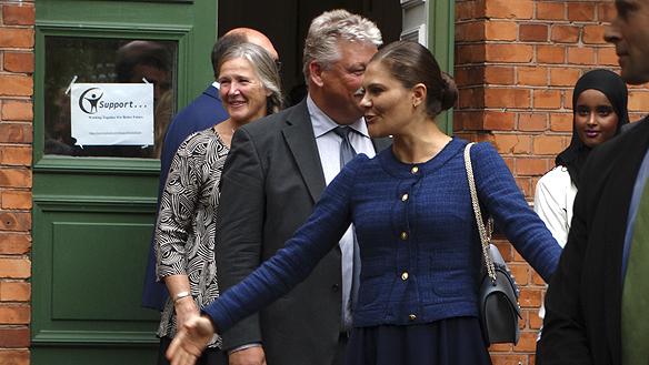 Kronprinsessan Victoria kommer ut glad efter att besökt Kumlienskolan på Restad gård. Foto: Peter Ahlborg