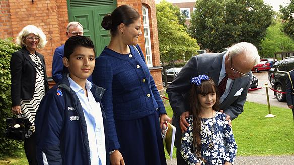 Kungen och Kronprinsessan Victoria träffar barnen Yocif Shaquora, 10, och Mimmi Shaquora, 8. De ger Kronprinsessan Victoria ett fint hjärta. Foto: Peter Ahlborg