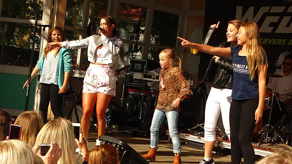 Molly Sandén bjöd upp fyra tjejer som fick dansa med sin idol på scenen i Vänersborg. Foto: Peter Ahlborg