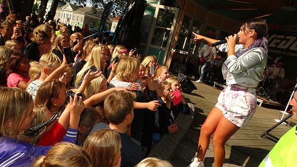 Molly Sandén framförde en gratis konsert till många fans glädje när hon besökte Vänersborg den 29 augusti 2015. Foto: Peter Ahlborg