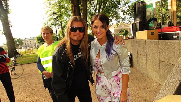 """Peter träffar Molly Sandén efter hennes uppträdande i Vänersborg. """"Hon kom ihåg mig från Idol och jag fick en stor kram av henne när vi träffades"""", säger en glad Peter Ahlborg. Foto: Charlie Källberg"""