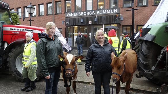 Josefine Söderqvist och Jennifer Andersson demonstrerar utanför Vänersborgs kommunhus för att ha kvar regionens lantbruksskolor. Foto: Peter Ahlborg