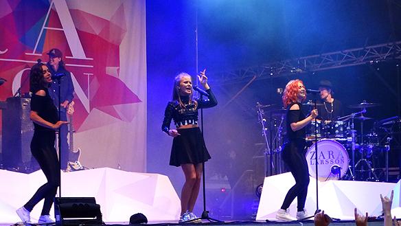 Zara Larsson med band gjorde succé när de uppträdde under Fallens dagar lördagen den 18 juli 2015. Foto: Peter Ahlborg