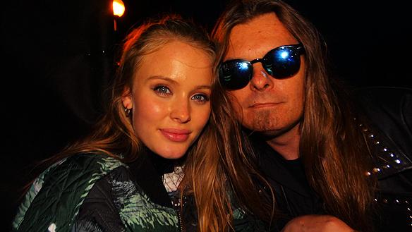 """Peter Ahlborg träffar Zara Larsson efter konserten i Trollhättan. """"Hon var glad och ställde upp på bild tillsammans med sina fans. Jag gav henne min skiva """"Fy fan vad jag hatar soc"""" - så behöver hon bra låtar så vet hon vart hon ska höra av sig"""", säger Peter Ahlborg"""
