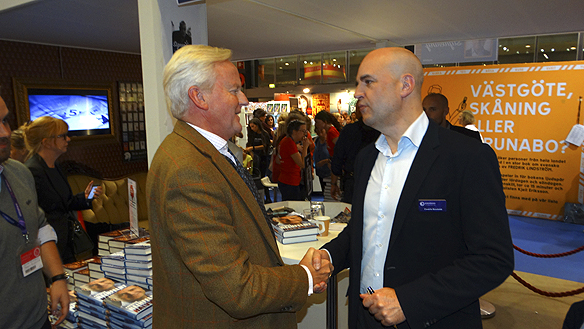 En stolt beundrare träffar Fredrik Reinfeldt under Bokmässan lördagen den 26 september 2015. Reinfeldt lyssnar på vad beundraren har att säga under tiden han hälsarpå honom under lång tid med ett kraftigt handslag. Foto: Peter Ahlborg
