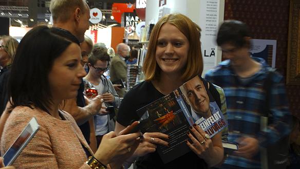 Glad och sprallig inför mötet med Reinfeldt är denna förväntansfulla kvinna. Foto: Peter Ahlborg