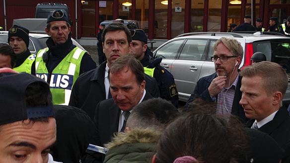 Stadsminister Stefan Löfven anländer till skolan Klara där det råder chock och förtvivlan. Foto: Peter Ahlborg