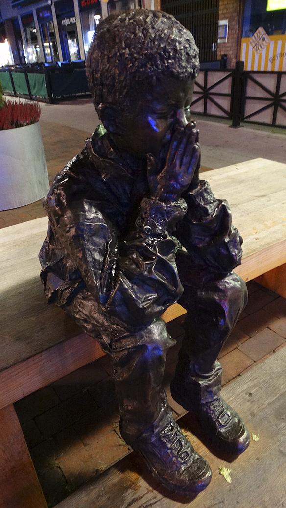 Tänkte på de hemlösa när jag såg denna staty i Västerås, där han satt ute i kylan och det var minusgrader ute, säger Peter Ahlborg. Foto: Hasse Sukis