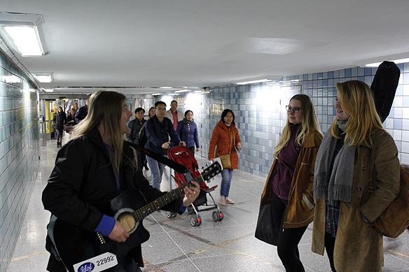 """Peter Ahlborg framför """"Fy fan vad jag hatar soc"""" i Gamla stan i Stockholms tunnelbanestation den 10 oktober 2015 för två tjejer som gillade vad de hörde. Foto: Hasse Sukis"""