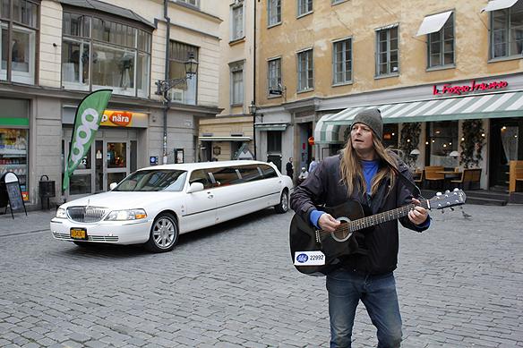 """Under tiden Peter Ahlborg speler """"Fy fan vad jag hatar soc"""" så glider en limousine in på Järntorget i Stockholm. Foto: Hasse Sukis"""