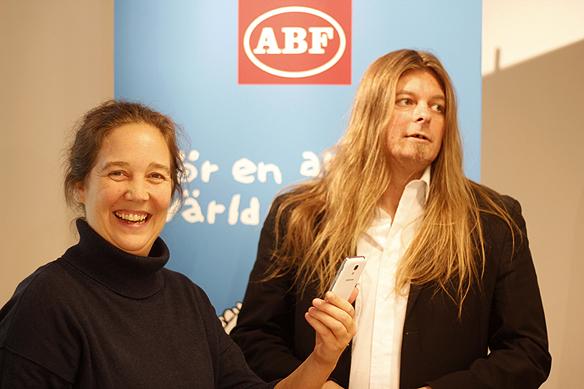 Erica Andersta, verksamhetsutvecklare på ABF i Västerås och Peter Ahlborg efter en lyckad föreläsning. Foto: Hasse Sukis