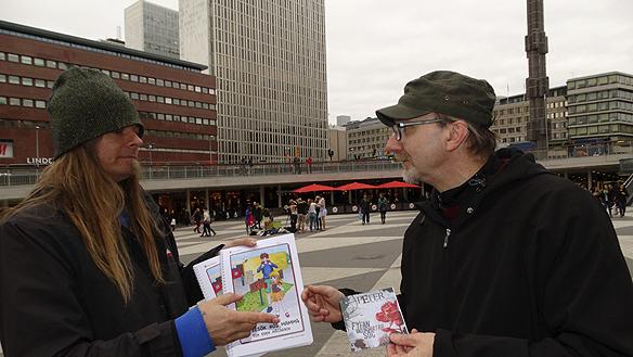 """Byte av saker! Jag Peter Ahlborg ger stolt bort min skiva """"Fy fan vad jag hatar soc"""" till vännen Peter Lindahl, som i sin tur ger bort sin barnbok till Peter. Foto: Hasse Sukis"""