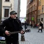 Peter Ahlborg spelar på gatan i Gamla stan och i tunnelbanan i Stockholm med vännen Peter Lindahl
