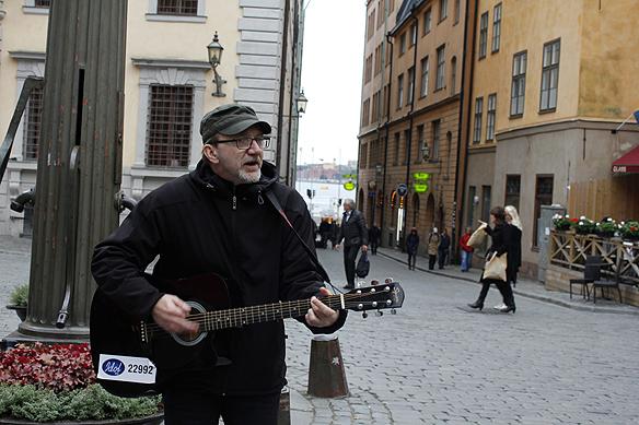 Peter Lindahl spelar på Järntorget i Gamla stan i Stockholm den 10 oktober 2015. Foto: Hasse Sukis