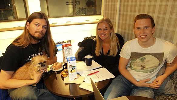 Peter Ahlborg tillsammans med eleverna Ellen Johansson och Richard Thillman. De går på Donnergymnasiet i Göteborg och de hade förberett sig väl med frågor inför intervjun med Peter Ahlborg om hemlösheten.