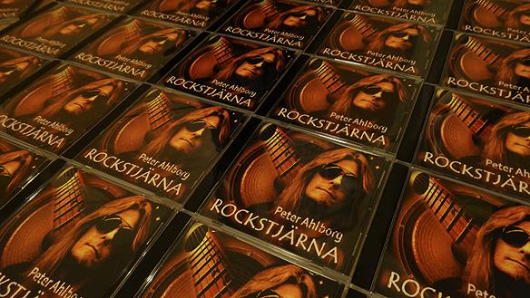 """Peter Ahlborg är mycket nöjd och tillfredsställd med sin senaste låt singeln """"Rockstjärna"""". Foto: Peter Ahlborg"""