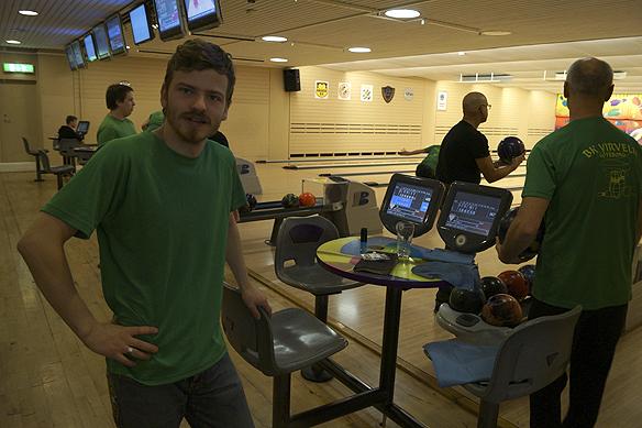 Charlie Källberg tränar bowling på Hisingen i Göteborg i klubben BK Virveln. Foto: Peter Ahlborg