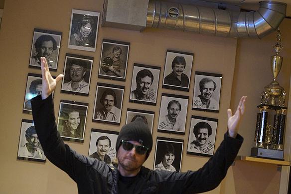Peter Ahlborg framför Mats Karlssons bildkollage med personliga hälsningar till honom, med några av de främsta bowlarna i världen under 80-talet. Bilderna hänger i Mats Karlssons bowlinghall på Weiselgrenshållplatsen i Göteborg. Foto: Charlie Källberg