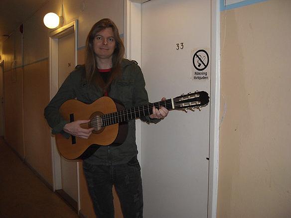 """Peter Ahlborg bodde 2008-2009 på Partille vandrarhem. Där skrev han runt 200 dikter, bland annat denna dikten """"Återigen vet jag inte vart jag ska bo"""""""