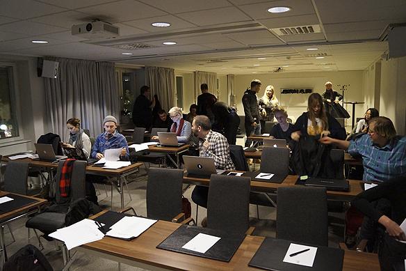 Delar av den samlade journalistkåren strax efter de fått höra Melodifestival-bidragen för Göteborgs deltävling i Melodifestivalen 2016. Foto: Peter Ahlborg