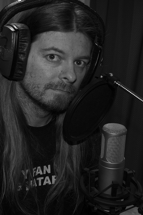 Peter sjunger i studion Million Club studio, där han spelar in sina låtar.