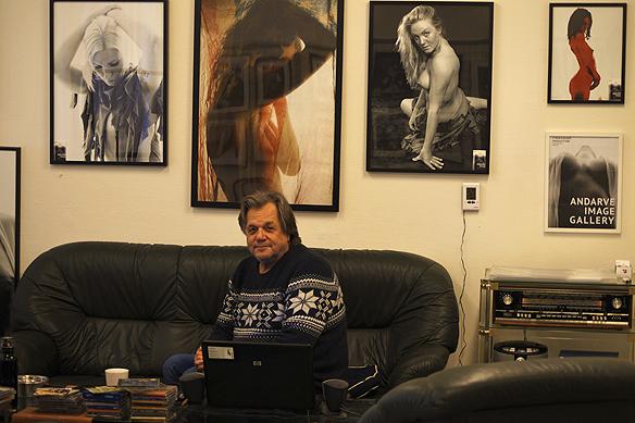 Fotografen och galleriägaren Anders Anderve framför några av de många bilder som han har tagit i sitt galleri Andarve Image Gallery. Foto: Peter Ahlborg