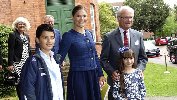 Kung Carl Gustaf och kronprinsessan Viktoria besöker Restad gård i Vänersborg och får några presenter av några nyanlända barn. Foto: Peter Ahlborg