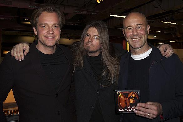 Henrik Johnsson, Peter Ahlborg och Mark Levengood tillsammans på Mediedagarna i Göteborg 2016. Peter Ahlborg passar på att ge sin CD-skiva till Mark Levengood.