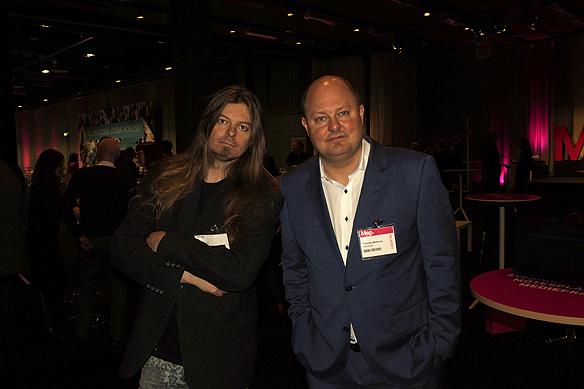 Peter hör efter hur läget är med kvällstidningsbranschen, här tillsammans med Expressens chefredaktör Thomas Mattssson.