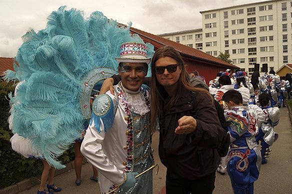 Peter Ahlborg tillsammans med en manlig dansare under Hammarkullekarnevalen 2016. - Alla dansare är värda en stor eloge för sin storslagna och energiska danser, tycker Peter Ahlborg.