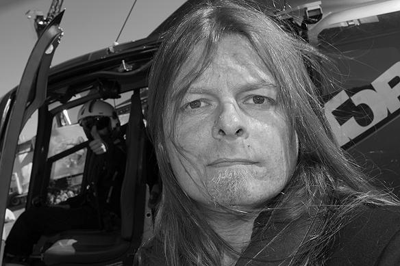 Peter Ahlborg inför resan med helikopterturen över Vänersborg. Piloten i bakgrunden gör tummen upp! Foto: Peter Ahlborg