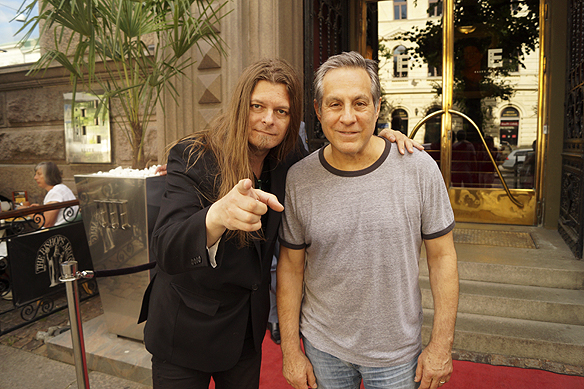 Två trummisar på en och samma bild. Peter Ahlborg träffar den världsberömda trummisen Max Weinberg, som sitter bakom trummorna till Bruce Springsteen men även var trummis i Late Show med Conan O Brien. Foto: Privat