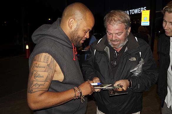 Ken Ring blir häpen över att han upptäcker att ett fan har en skiva som han själv aldrig har sätt. Foto: Peter Ahlborg