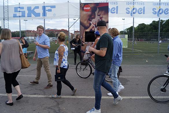 En stor mängd av ungdomar och människor kom fram och hälsa, tog en bild och filma när Peter Ahlborgs höll en gatuspelning på Heden i Göteborg den 23 juli 2016. Foto: Privat
