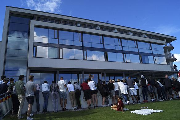 Många fans väntar utanför hotellet för att få en skymt av Zlatan. Foto: Peter Ahlborg