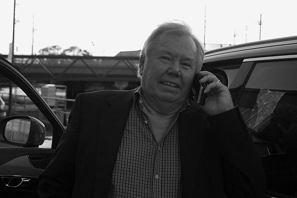 Bert Karlsson är en av Sveriges främsta entreprenörer. Här pratar han som oftast i telefon efter att ha medverkat i Bingolotto i Göteborg den 4 september 2016. Foto: Peter Ahlborg