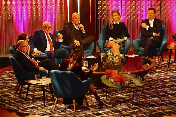 """Alla programledarna som varit med i Bingolottos 25-års karriär samlade runt samma bord. På bilden syns Renée Nyberg, Rickard Olsson, Lotta Engberg, Marie Serneholt, Lasse Kronér, Leif """"Loket"""" Olsson och Ingvar Oldsberg. Foto: Peter Ahlborg"""