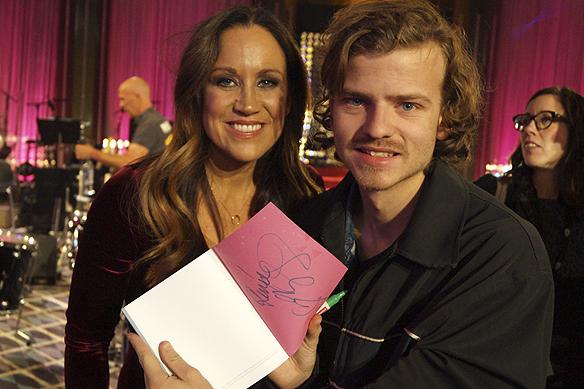 Charlie Källberg fick autograf av programledaren Renée Nyberg efter Bingolottos 25 års jubileum. Foto: Peter Ahlborg