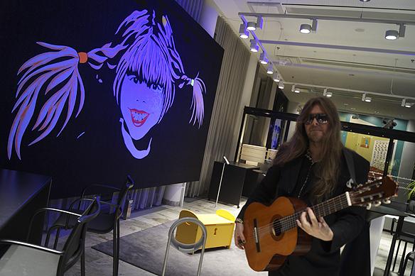 "Peter Ahlborg vid konstverket ""Pippi"" på Hotel Gothia Towers. Foto: Charlie Källberg"
