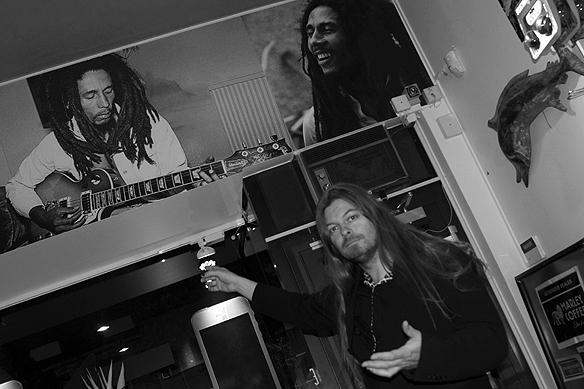 Peter Ahlborg framför bilder på sin älskade Bob Marley - på Marley Coffee på Avenyn i Göteborg. Foto: Charlie Källberg