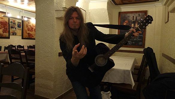 Peter spelar några låtar på restaurangen Michelango för sin tjejkompis Carina Ekman. Foto: Carina Ekman