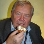 Bert Karlsson firar med semla på fettisdagen