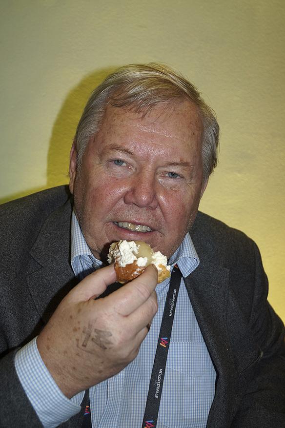 Bert Karlsson firar med semla på fettisdagen. Foto: Peter Ahlborg