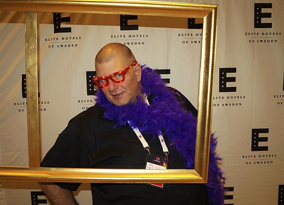 Christer Hansson stannar till vid en selfie station på Elite Park Avenue och vi tar några bilder på hans blinkande skrikande röda glasögon – som gav framgång på dansgolvet - på Melodifestivalens efterfest lördagen 4 februari 2017. Foto: Peter Ahlborg