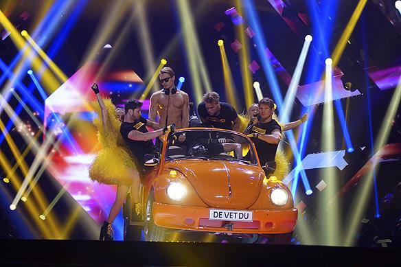 """De Vet Du framför sin låt """"Road Trip"""" i en Volkswagen """"Bubbla"""". Kommer bli barnens favorithit. Foto: Peter Ahlborg"""