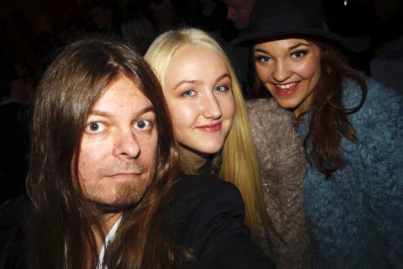 Peter Ahlborg tar en selfie tillsammans med artisterna Bella & Filippa. Foto: Peter Ahlborg